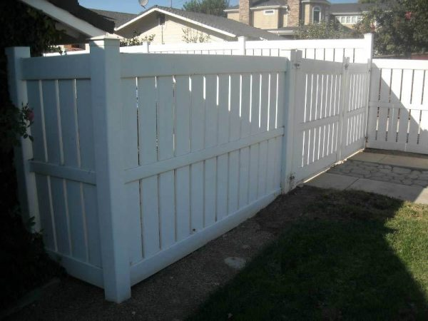 White Semi-Privacy Vinyl Fencing with Gate