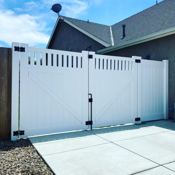 Privacy Gate with Picket Accent